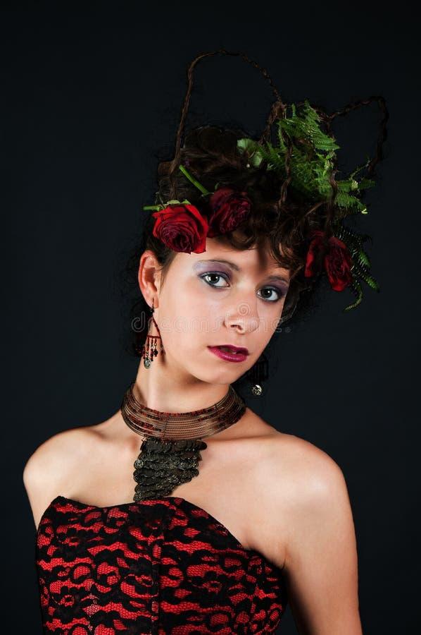 Verticale de fille avec la coiffure exagérée photographie stock libre de droits
