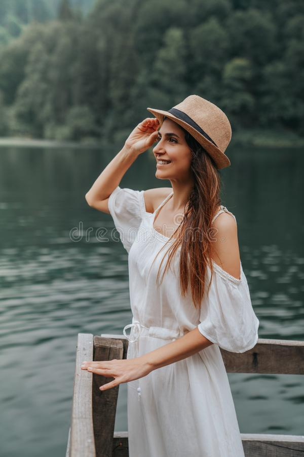 Verticale de fille d'été Sourire de jeune femme heureux l'été ou la journée de printemps ensoleillé dehors en parc par le lac image libre de droits