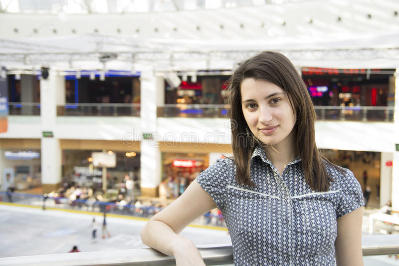 Verticale de fille dans le centre commercial photos stock
