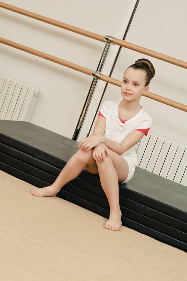 Verticale de fille de gymnaste photos stock
