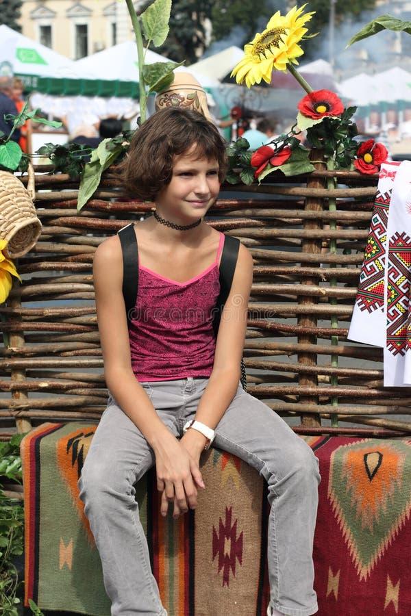 Verticale de fille de l'adolescence images libres de droits
