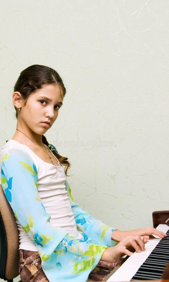 Verticale de fille de l'adolescence mignonne photographie stock libre de droits