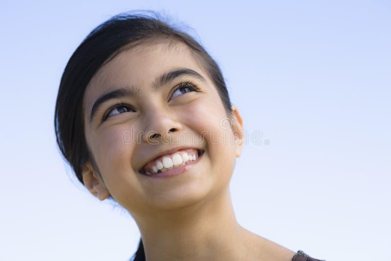 Verticale de fille de sourire image libre de droits