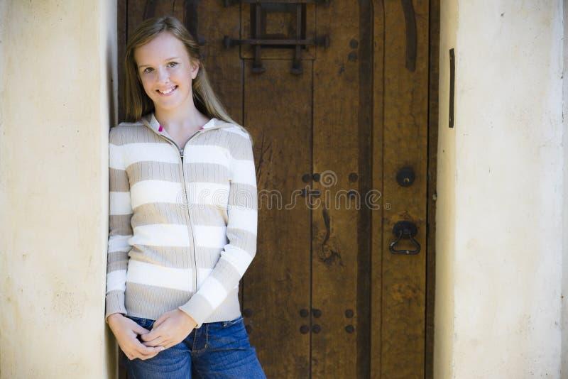 Verticale de fille de sourire de Tween photo libre de droits