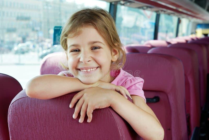 Verticale de fille de sourire sur le siège de bus photos libres de droits