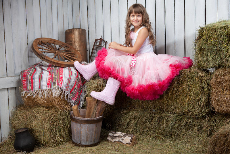 Verticale de fille drôle près de seau photographie stock libre de droits