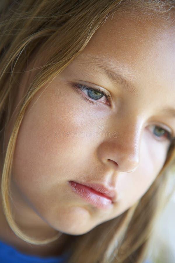 Verticale de fille semblant déprimée photo libre de droits