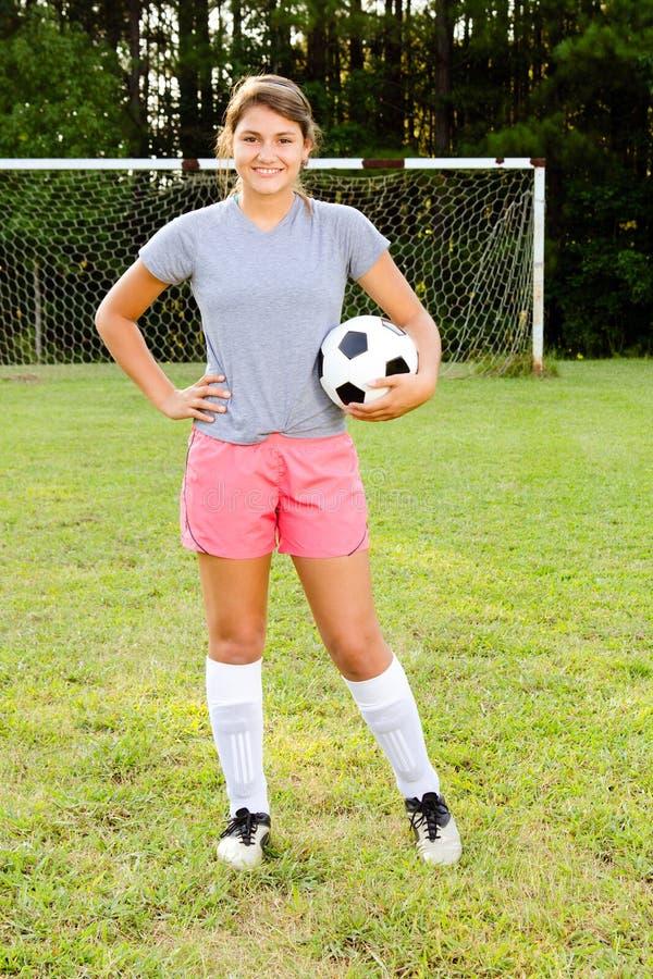 Verticale de footballeur de l'adolescence de fille images libres de droits