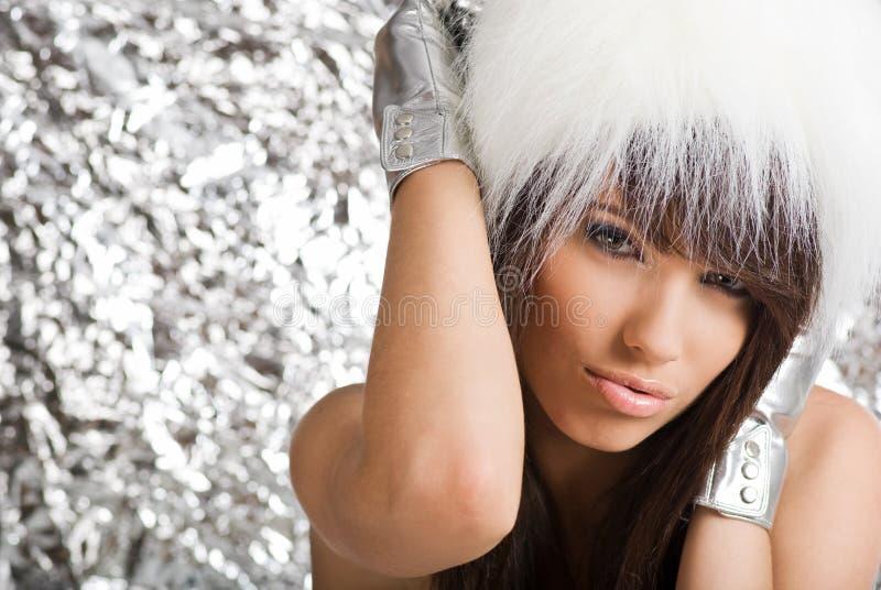 Verticale de fourrure blanche s'usante de fille de l'hiver photographie stock libre de droits