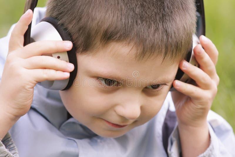 Verticale de garçon serein dans des écouteurs image stock