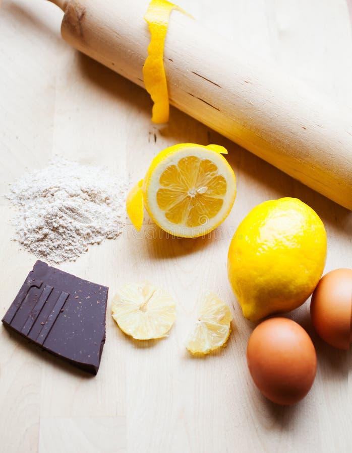 Verticale de goupille, de citron et de chocolat photographie stock