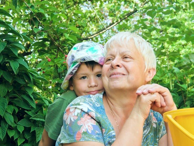 Verticale de grand-mère et de fils photographie stock libre de droits