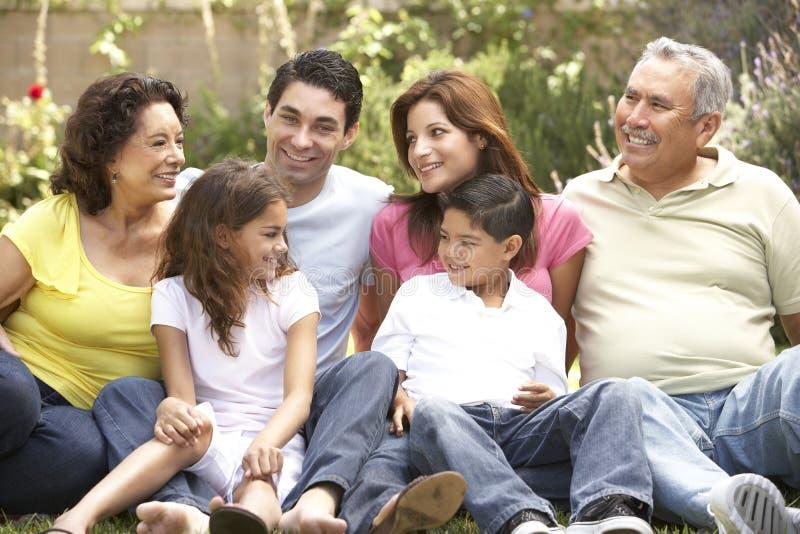 Verticale de groupe de famille étendu en stationnement photo libre de droits