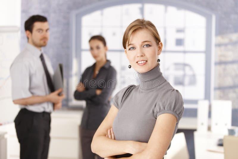 Verticale de jeune équipe d'affaires dans le bureau photo libre de droits