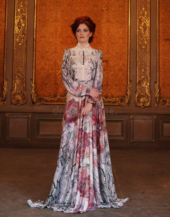 Download Verticale De Jeune Belle Dame Photo stock - Image du vieux, charme: 77152146