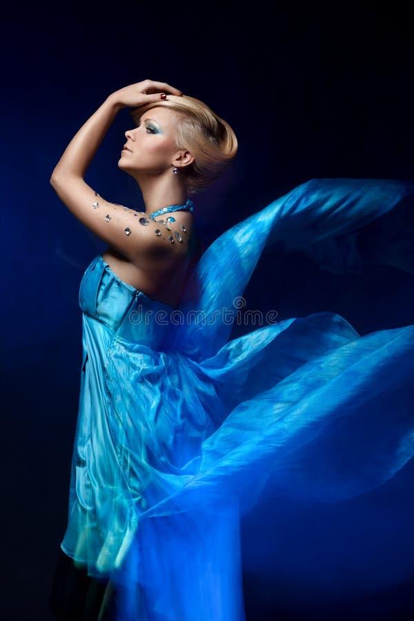 Verticale de jeune belle femme photos stock