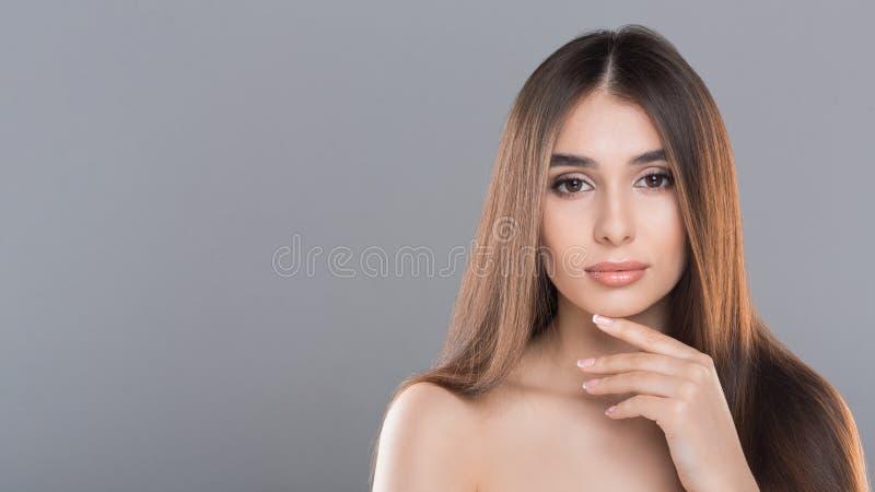 Verticale de jeune belle femme avec la peau parfaite photo libre de droits
