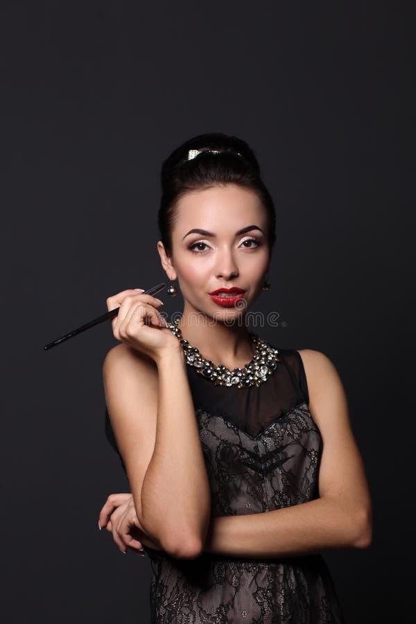 Verticale de jeune belle femme avec le bijou image libre de droits