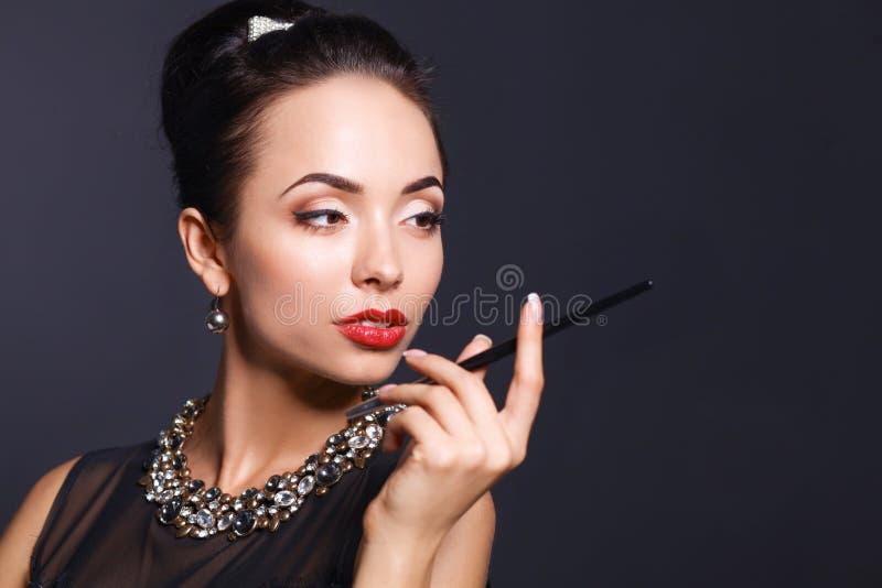 Verticale de jeune belle femme avec le bijou photographie stock libre de droits