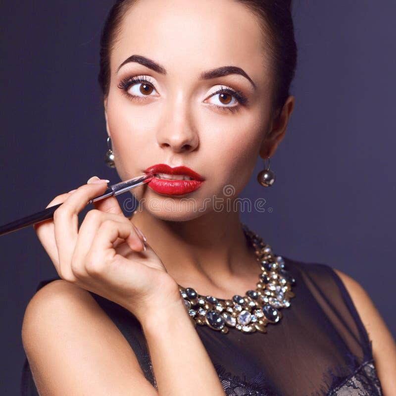 Verticale de jeune belle femme avec le bijou photos stock