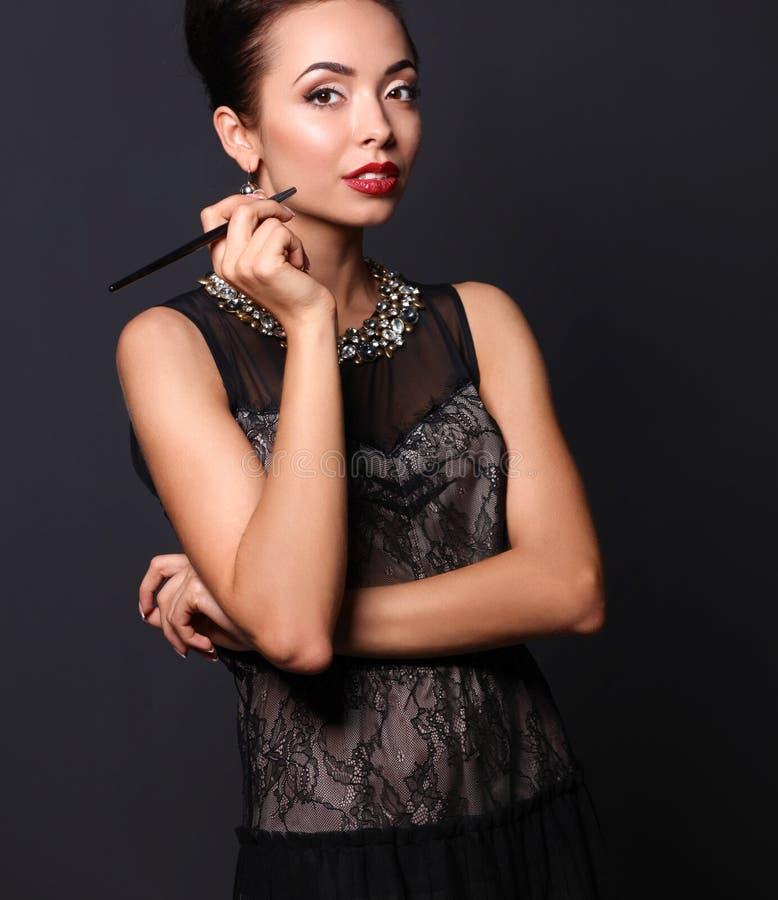 Download Verticale De Jeune Belle Femme Avec Le Bijou Photo stock - Image du modèle, femelle: 87700540