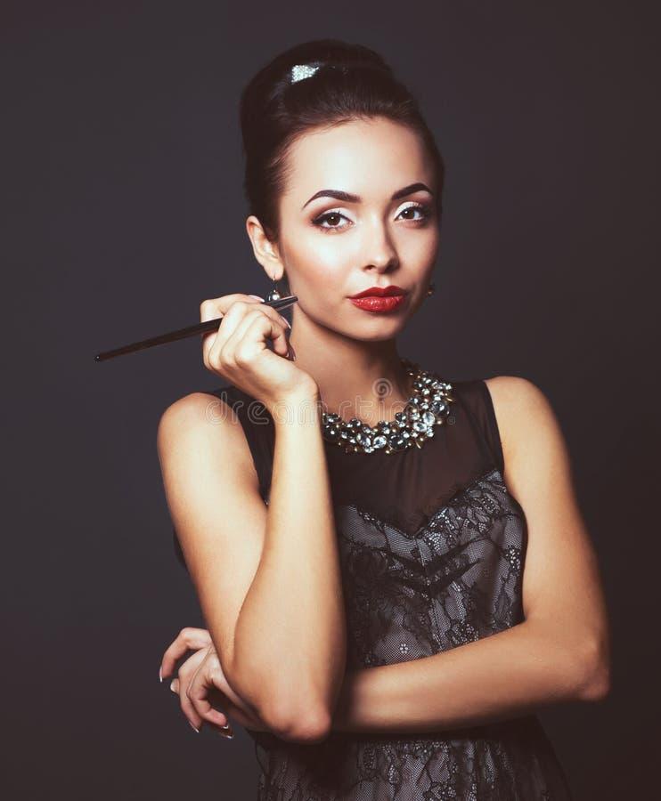 Download Verticale De Jeune Belle Femme Avec Le Bijou Photo stock - Image du mignon, caucasien: 87701290