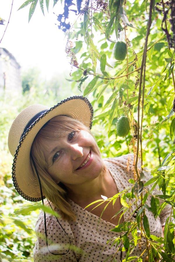 Verticale de jeune belle femme blonde image libre de droits
