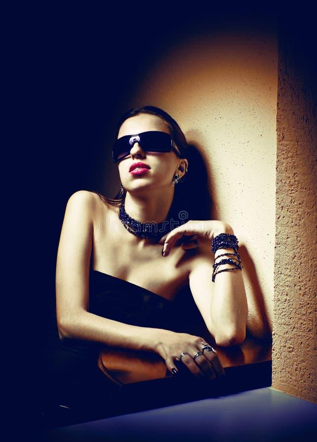 Verticale de jeune belle femme dans des lunettes de soleil images stock