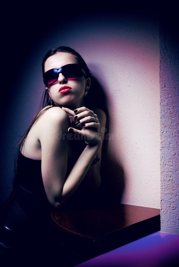 Verticale de jeune belle femme dans des lunettes de soleil photographie stock libre de droits