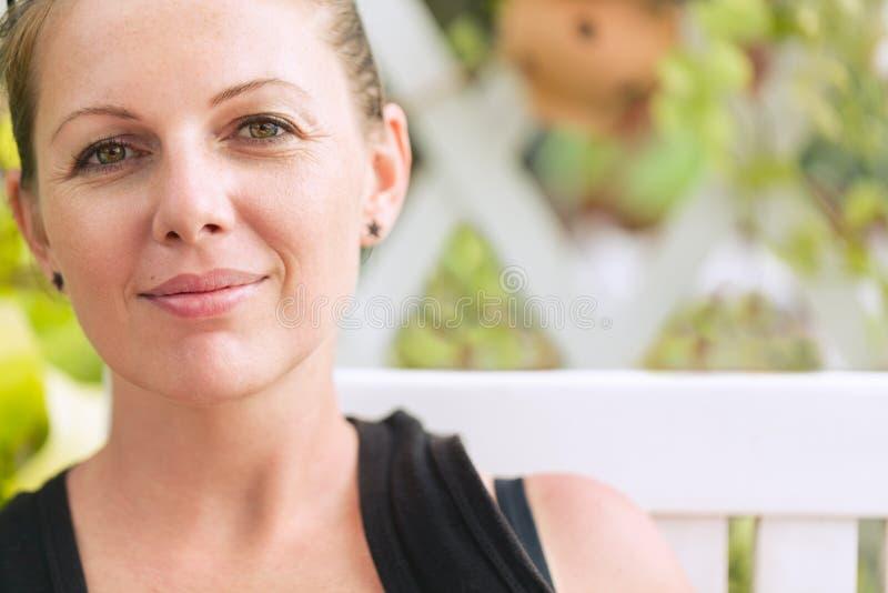 Verticale de jeune belle femme de sourire photographie stock libre de droits