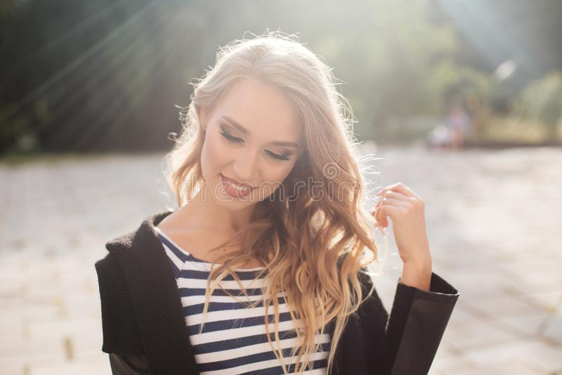Verticale de jeune belle fille blonde image libre de droits