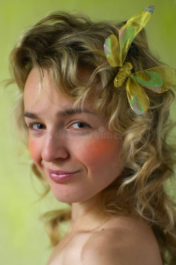 Verticale de jeune blonde de sourire bouclée. image stock