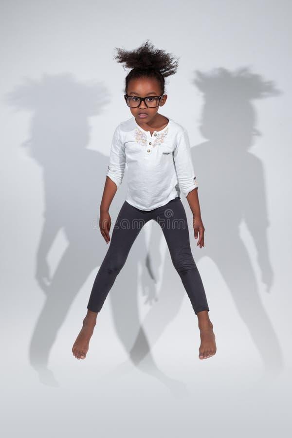 Verticale De Jeune Brancher De Fille D Afro-américain Photo libre de droits