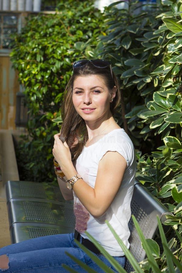 Verticale de jeune brunette image libre de droits