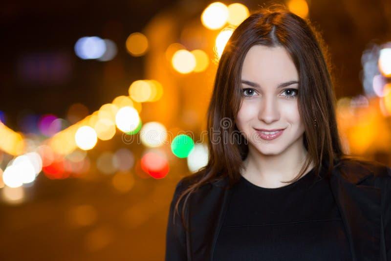 Download Verticale De Jeune Brunette Photo stock - Image du brunette, attrayant: 76078876
