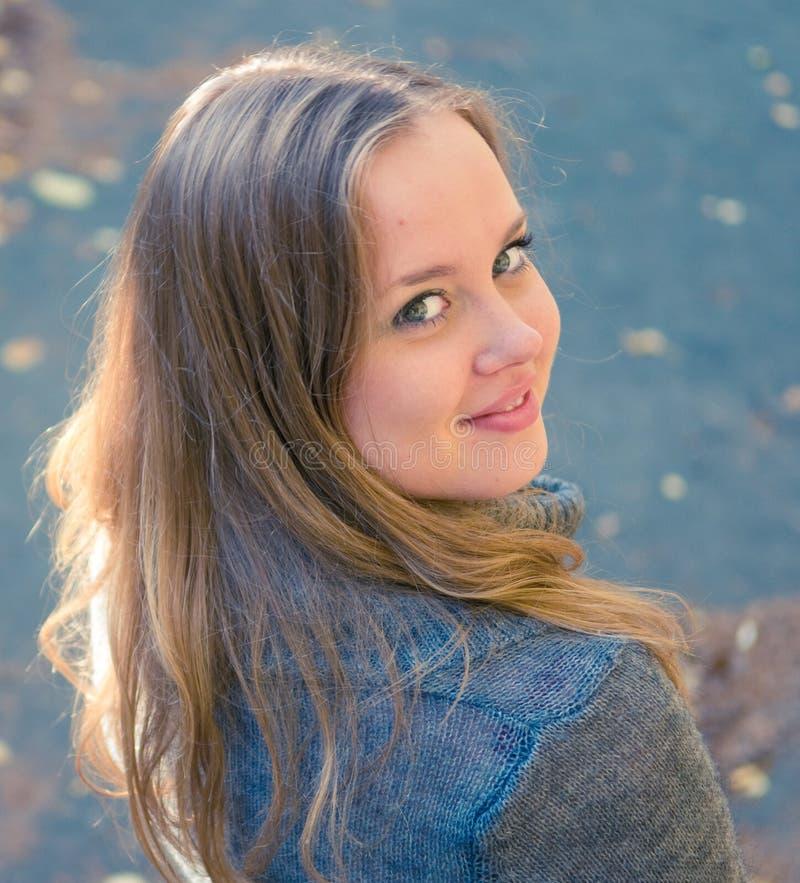 Verticale de jeune femme à l'extérieur photo libre de droits