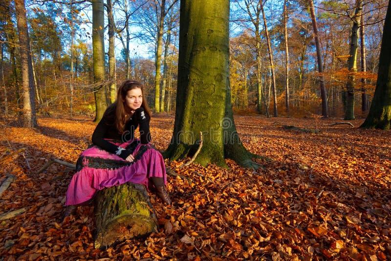 Verticale de jeune femme photos libres de droits