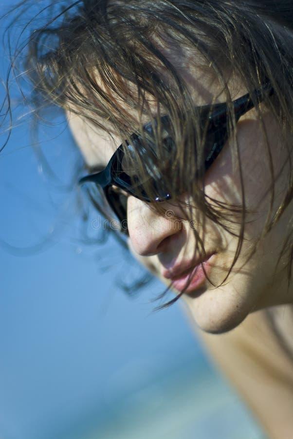 Verticale de jeune femme photographie stock