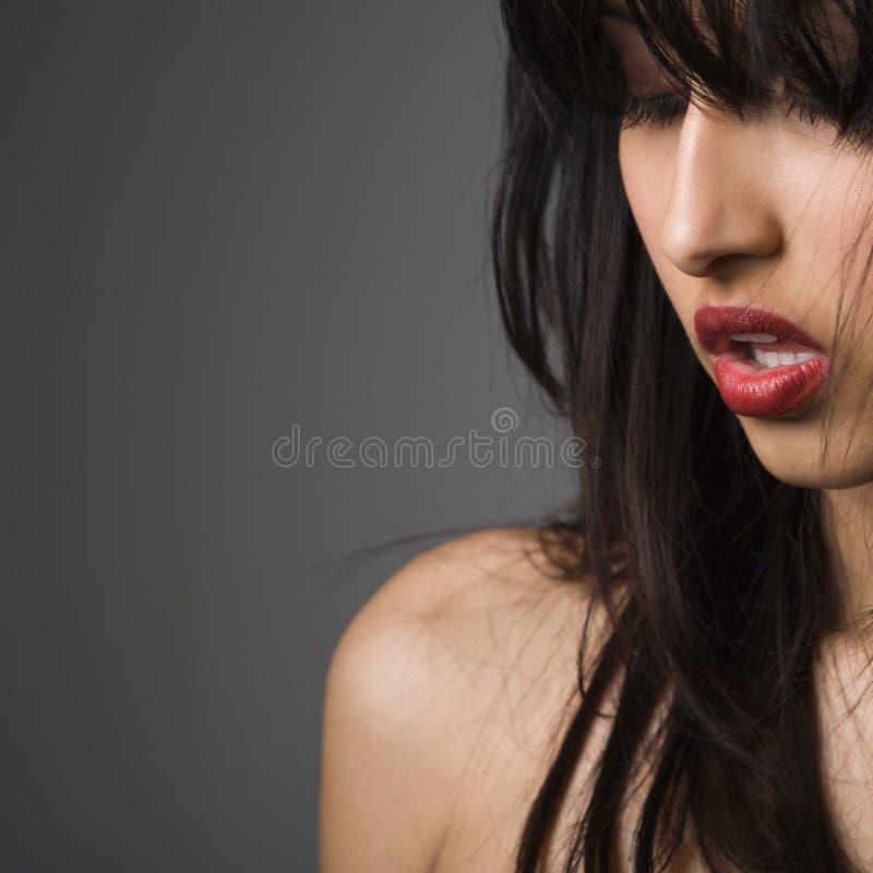 Verticale de jeune femme. photographie stock