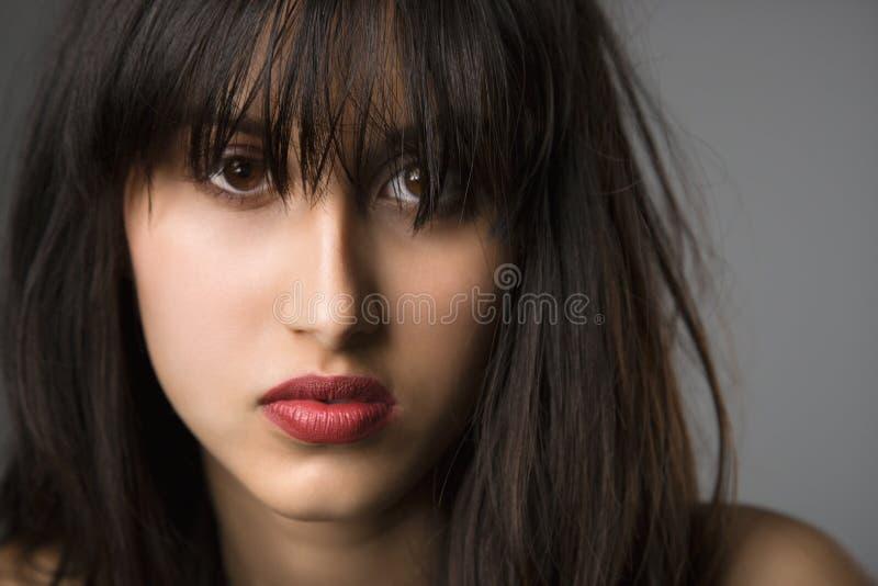 Verticale de jeune femme. photos stock