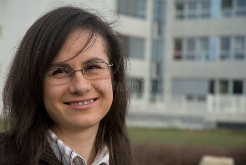 Verticale de jeune femme photo libre de droits