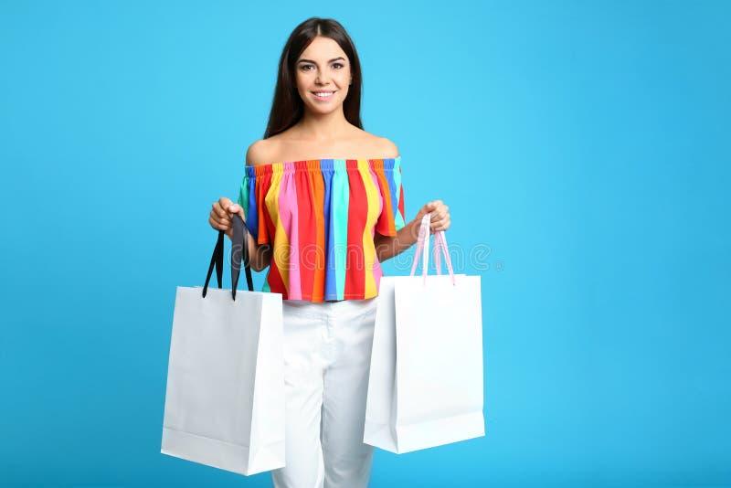 Verticale de jeune femme avec des sacs en papier photographie stock libre de droits