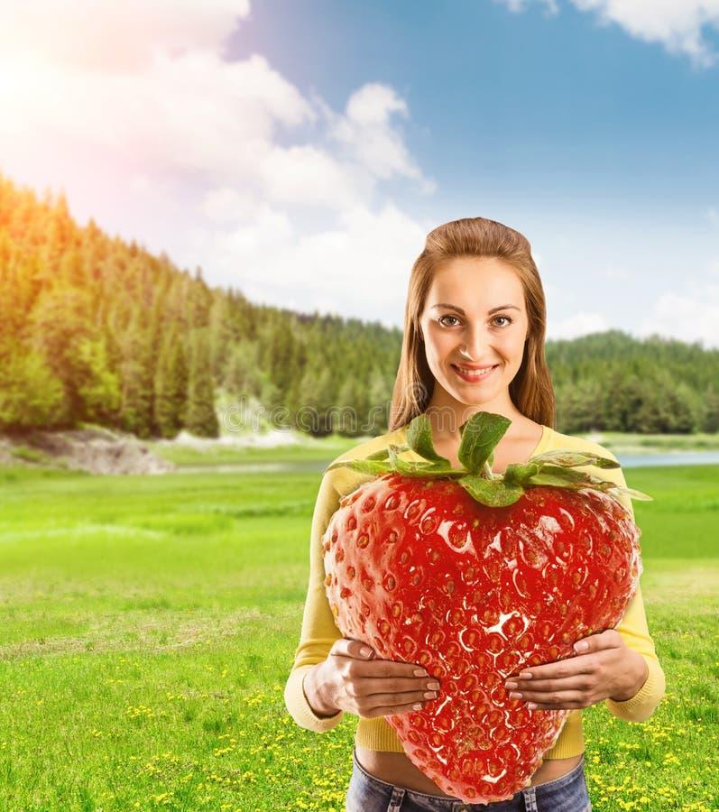 Verticale de jeune femme avec la fraise photos stock