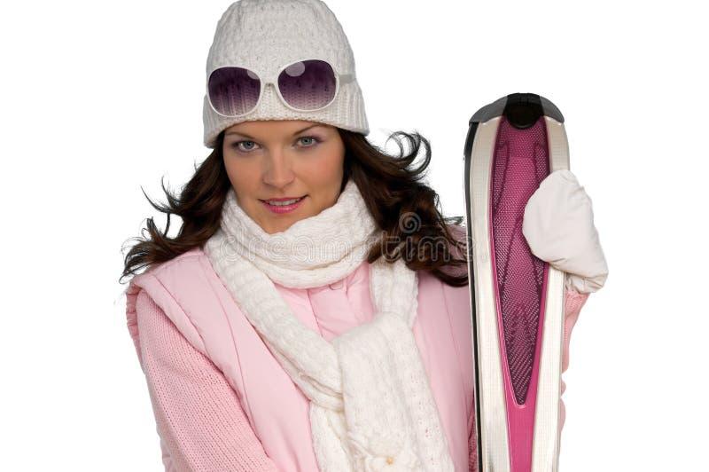 Verticale de jeune femme avec le ski rose photo libre de droits