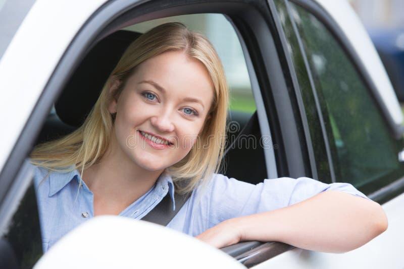 Verticale de jeune femme conduisant le véhicule photo libre de droits