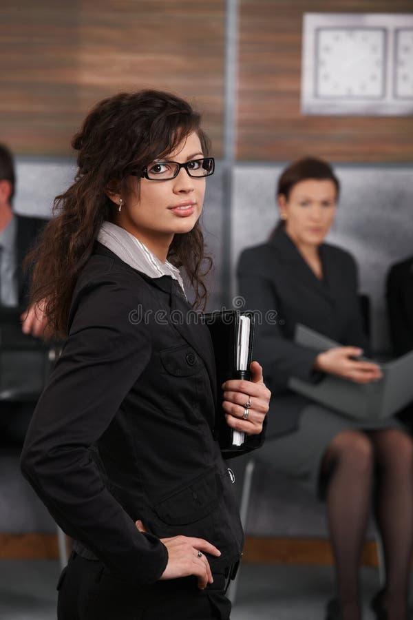 Verticale de jeune femme d'affaires photo stock