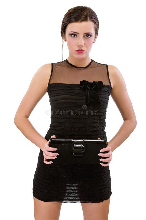 Verticale de jeune femme dans la robe noire photo libre de droits
