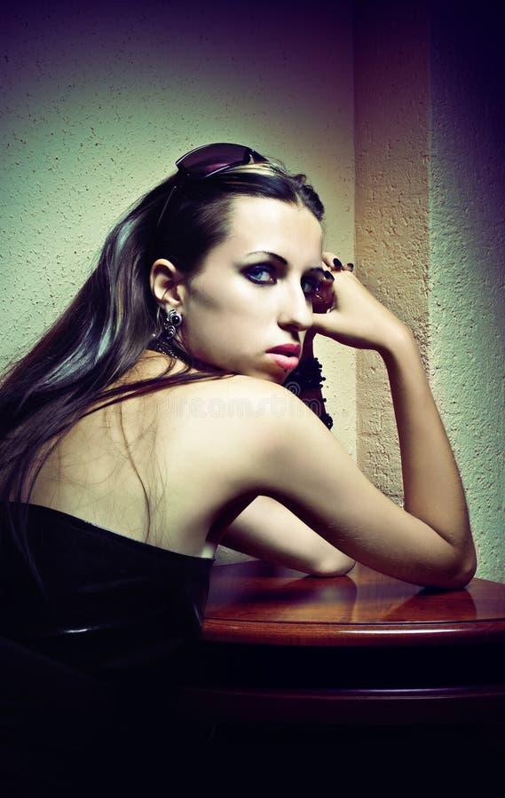 Verticale de jeune femme de beau type gothique photographie stock