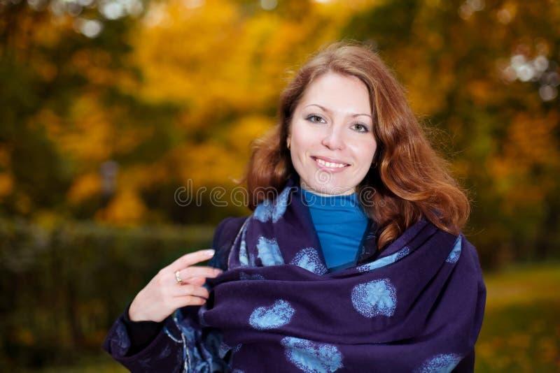 Verticale de jeune femme de sourire avec le châle image libre de droits