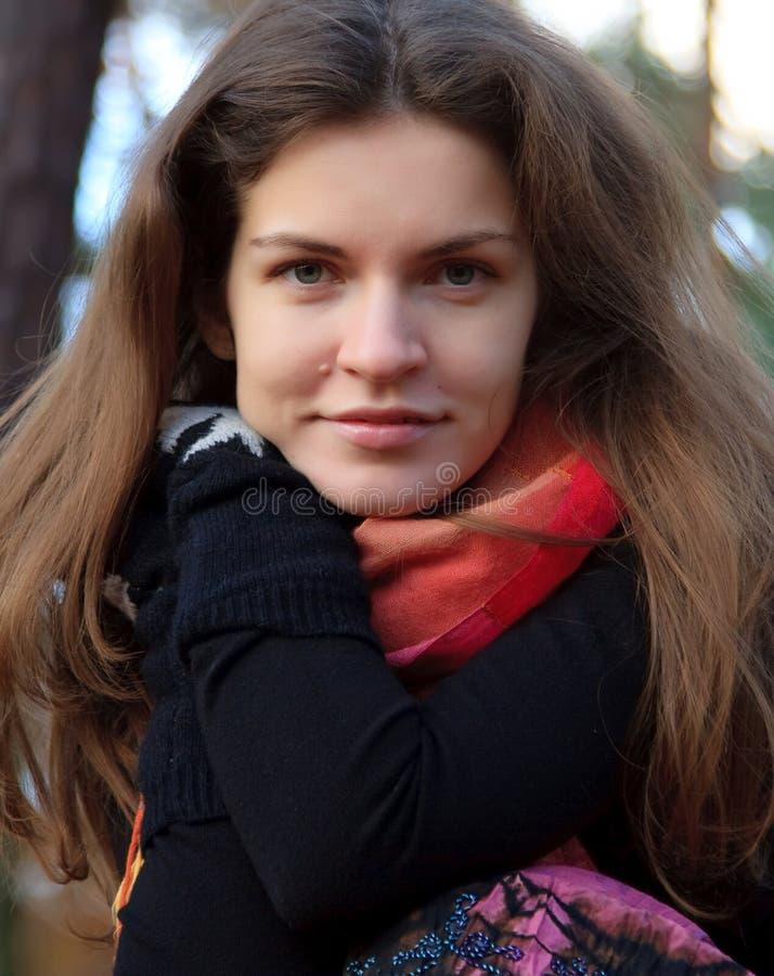 Verticale de jeune femme en stationnement d'automne image stock